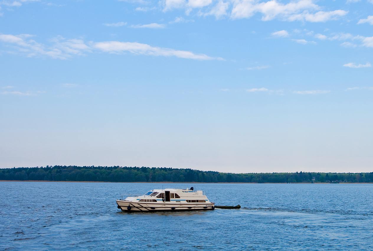 Mit dem Hausboot über die Müritz fahren