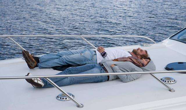 Personen liegen auf dem Sonnendeck