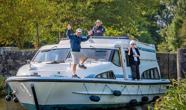 Schauen Sie sich Ihr gebuchtes Hausboot etwas genauer an. Wie breit und wie lang ist es? Unternehmen Sie gerne einen virtuellen Rundgang auf unserer Webseite und richten Sie sich gedanklich ein.  Dabei ist es gut zu wissen, über wie viele Kabinen das Boot