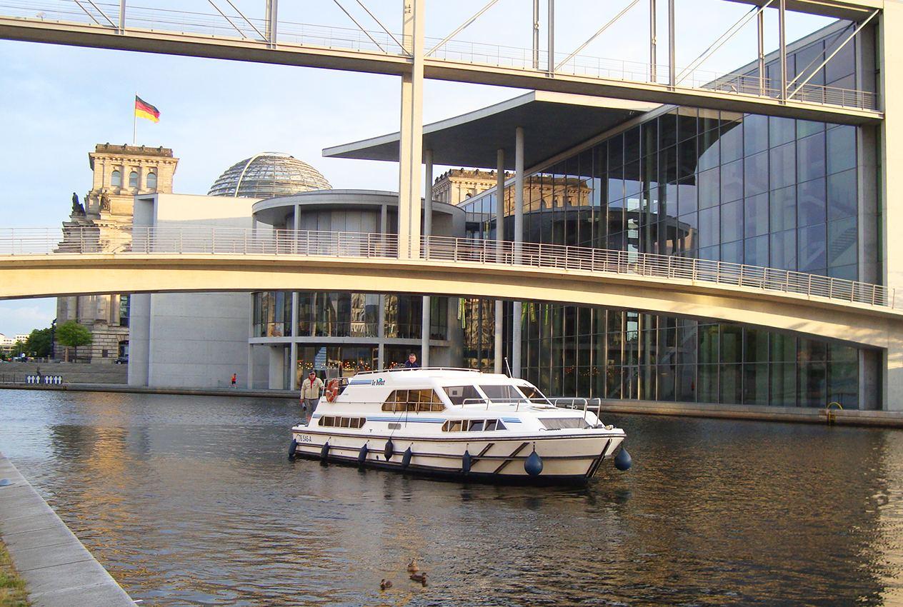 Per Hausboot den Reichstag in Berlin passieren