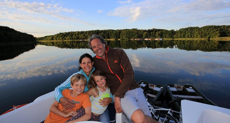 Familie abends an Deck in Deutschland