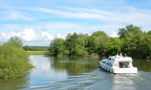 Leboat Bootfahren Franche Comte kurviger Flusslauf