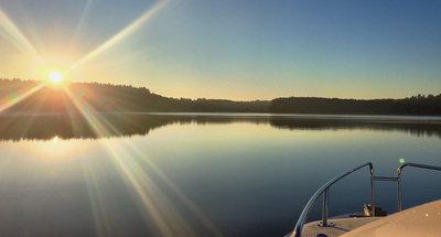 Hausboot Royal Mystique bei Sonnenuntergang, Müritz, Deutschland