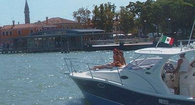 Familie auf einem italienischen Boot