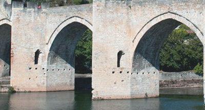 Bögen der Brücke Pont Valentré über dem Lot