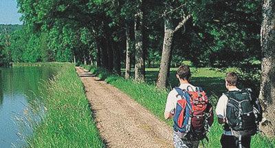 Spaziergang entlang des Kanals im Burgund Franche-Comte
