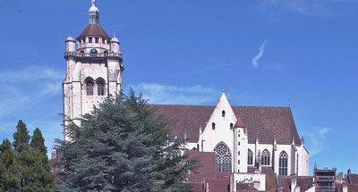 Kirche mit Blick auf eine Stadt im Burgund