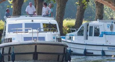 Zwei Boote von Le Boat und eine niedrige Brücke