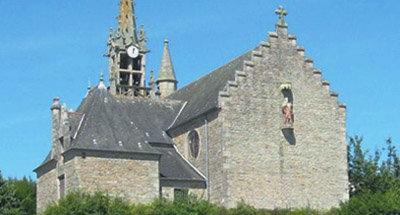 Alte steinerne Kirche in der Bretagne