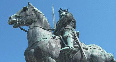 Statue eines Mannes zu Pferd