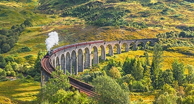 Jacobite Dampfzug überquert den Glenfinnan Viadukt