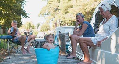Baby badet in einem Eimer