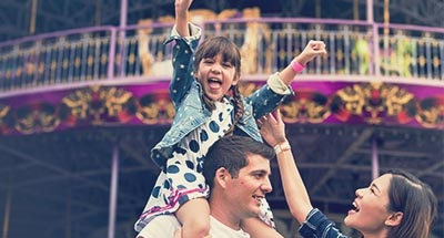 Kind auf den Schultern des Vaters