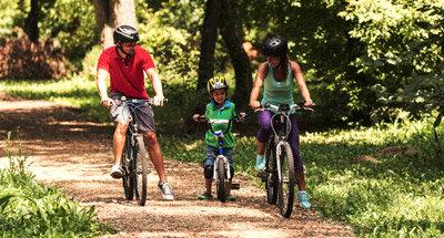 Fahrradfahren im Wald in Kanada