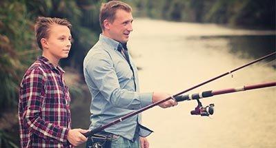 Vater und Sohn angeln