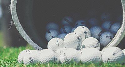 Golfbälle fallen auf dem Sack
