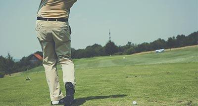 Golfspieler holt aus