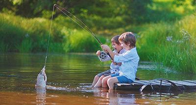 Kinder angeln zusammen