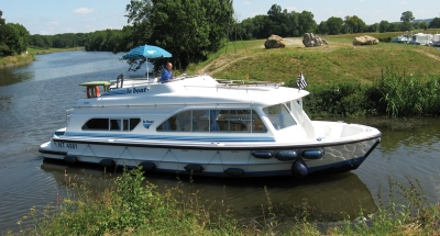 Außenansicht des Hausbootes Tango von Le Boat