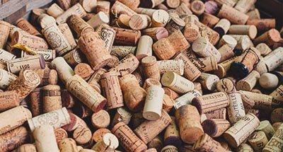 Weinkorken in einer Kiste