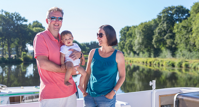 Familie mit Kind an Bord