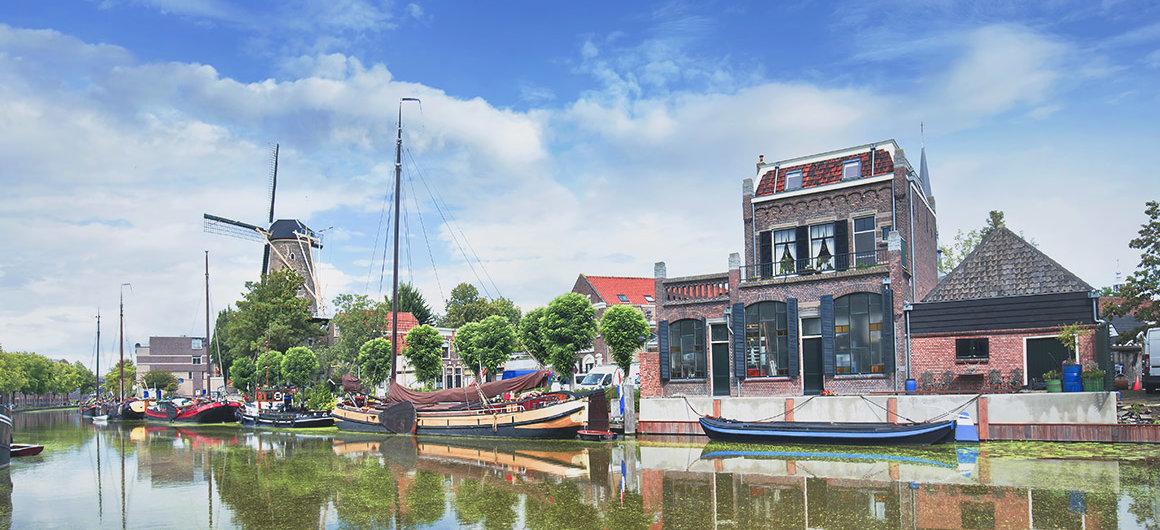 Boote auf dem Kanal und Windmühle, Gouda