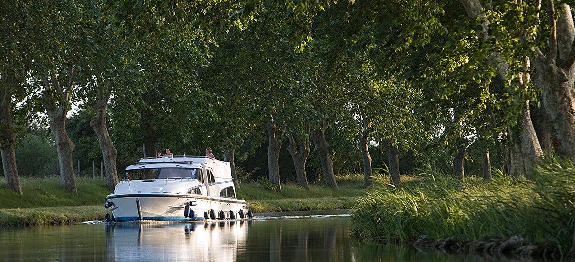 Allee mit Bäumen am Ufer des Canal du Midi