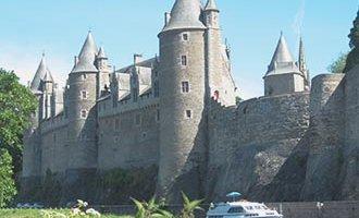 Schloss Josselin und ein Le Boat Hausboot