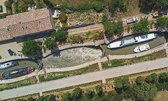Luftbild der Schleusentreppe von Fonseranes, Canal du Midi