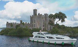 Emerald Star Boot vor der Burg im Lough Key
